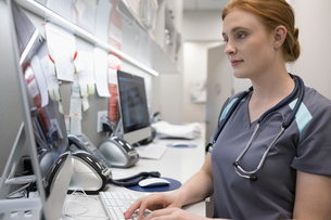 Female nurse using computer in clinicの写真素材 [FYI02331442]