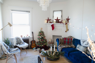 Apartment living room decorated for Christmasの写真素材 [FYI02331671]