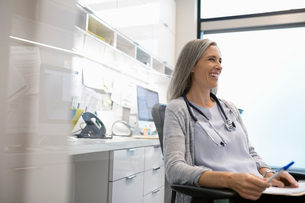 Smiling female doctor in clinic officeの写真素材 [FYI02331677]