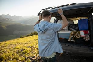 Man preparing for camping at back of SUV, Alberta, Canadaの写真素材 [FYI02331850]