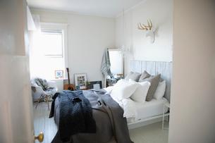 Cozy apartment bedroomの写真素材 [FYI02331873]