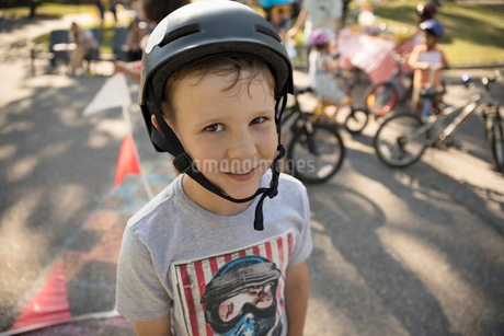 Portrait smiling boy wearing bike helmetの写真素材 [FYI02332043]