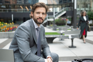 Portrait confident businessman in urban plazaの写真素材 [FYI02332203]