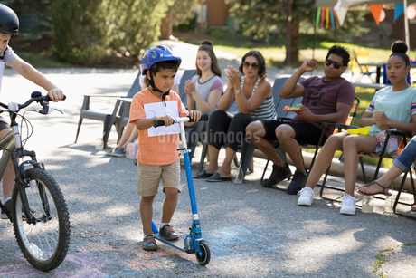 Boy on scooter ready for race at summer neighborhood block partyの写真素材 [FYI02332225]