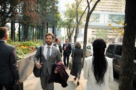 Business people walking on city sidewalkの写真素材 [FYI02332284]