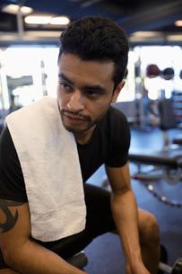 Man exercising, resting in gymの写真素材 [FYI02332294]