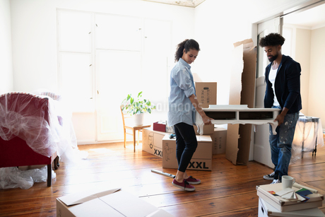 Couple moving into new homeの写真素材 [FYI02332451]