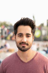 Portrait confident young manの写真素材 [FYI02332538]