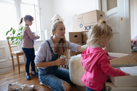 Mother and daughters packing moving boxesの写真素材 [FYI02332546]