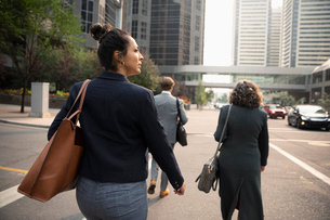 Businesswoman crossing city streetの写真素材 [FYI02332591]