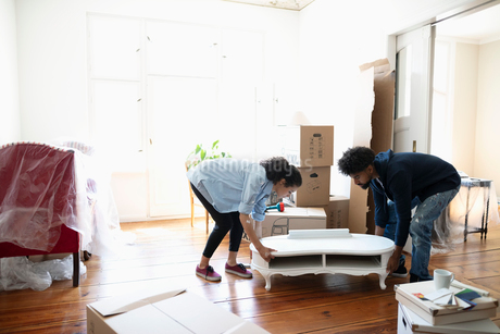 Couple moving into new homeの写真素材 [FYI02332592]