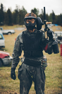 Portrait confident young man paintballingの写真素材 [FYI02332703]