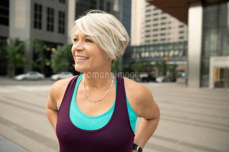 Smiling, confident athletic mature woman on city streetの写真素材 [FYI02332765]