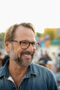 Portrait smiling, confident senior man in parkの写真素材 [FYI02332900]