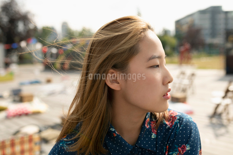 Thoughtful teenage girl looking awayの写真素材 [FYI02332957]
