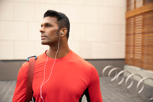 Confident, athletic man listening to music with headphonesの写真素材 [FYI02332998]