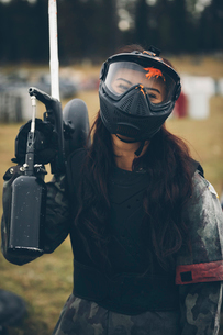 Portrait happy young woman paintballingの写真素材 [FYI02333045]