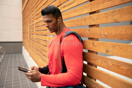 Athletic man listening to music with headphones and mp3 playerの写真素材 [FYI02333235]