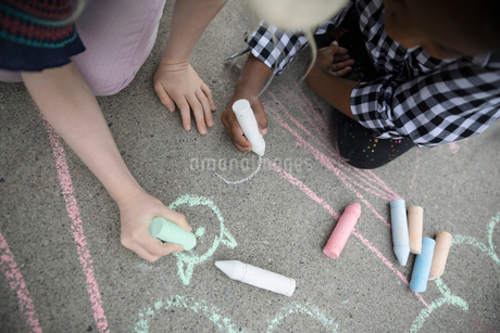 Girls coloring with sidewalk chalkの写真素材 [FYI02333256]