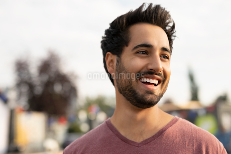 Portrait smiling, carefree young man looking awayの写真素材 [FYI02333297]