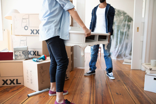 Couple moving into new homeの写真素材 [FYI02333543]
