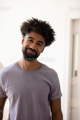 Portrait smiling, confident young manの写真素材 [FYI02333579]