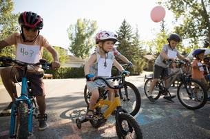 Kids racing bikes at summer neighborhood block partyの写真素材 [FYI02333731]