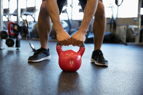 Man exercising with kettlebell in gymの写真素材 [FYI02333873]