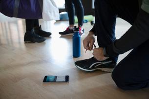 Man tying shoe in gymの写真素材 [FYI02333904]