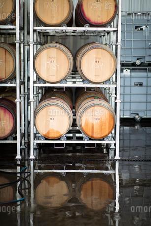 Wine barrels on storage racks at vineyardの写真素材 [FYI02333929]