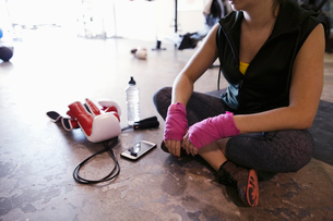 Female boxer resting on gym floorの写真素材 [FYI02333948]