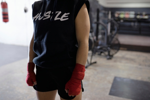 Tough female boxer in gymの写真素材 [FYI02333981]