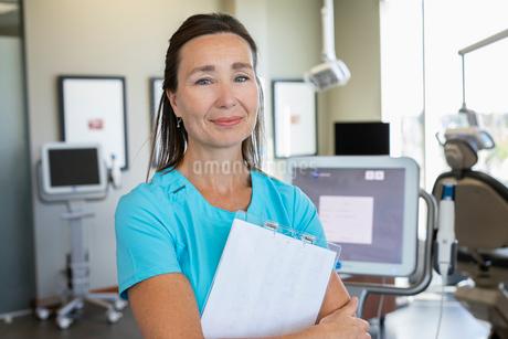 Portrait confident female dental hygienist in dentist officeの写真素材 [FYI02334013]