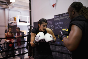 Tough female boxer training in gymの写真素材 [FYI02334019]