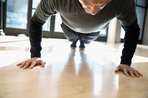 Focused man doing plank exercise in gymの写真素材 [FYI02334026]