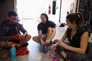 Boxers preparing, wrapping wrists in gymの写真素材 [FYI02334061]