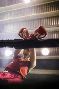 Tough female boxer in boxing ringの写真素材 [FYI02334063]