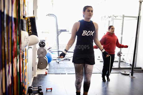Female boxers jumping rope in gymの写真素材 [FYI02334070]
