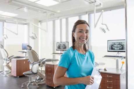 Portrait smiling, confident female dental hygienist in dentist officeの写真素材 [FYI02334102]