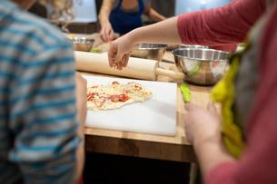 Children making pizza in cooking classの写真素材 [FYI02334177]