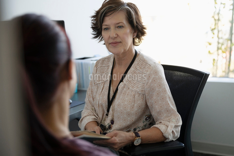 Attentive female doctor listening to patient in doctor s officeの写真素材 [FYI02334203]