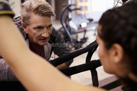 Trainer talking with female boxer in gymの写真素材 [FYI02334263]