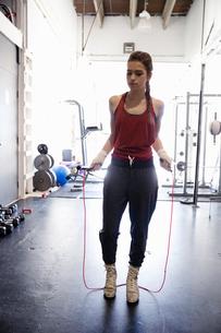 Female boxer jump roping in gymの写真素材 [FYI02334427]