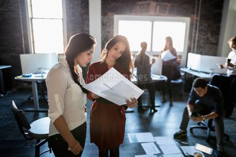 Creative businesswomen reviewing proofs in officeの写真素材 [FYI02334450]