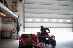 Farmer on quad bike in barnの写真素材 [FYI02334466]