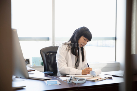 Female doctor working in officeの写真素材 [FYI02334485]