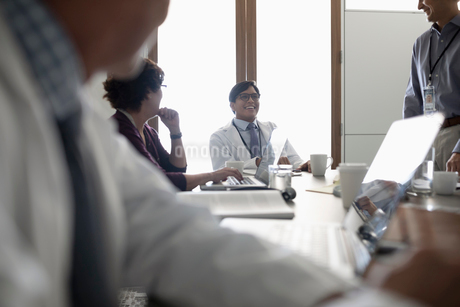 Smiling male doctor talking with colleagues in conference room meetingの写真素材 [FYI02334583]