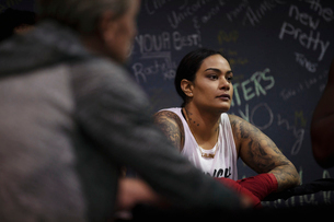 Tough female boxer resting in gymの写真素材 [FYI02334604]
