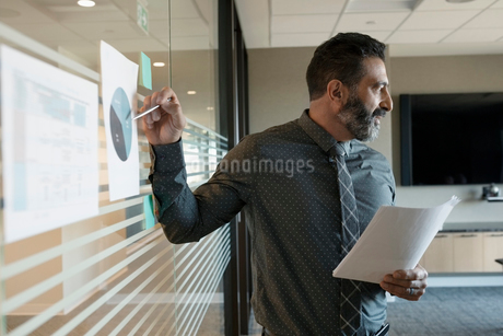Businessman leading conference room meetingの写真素材 [FYI02335049]