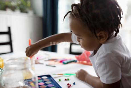 Cute toddler boy painting at tableの写真素材 [FYI02335077]